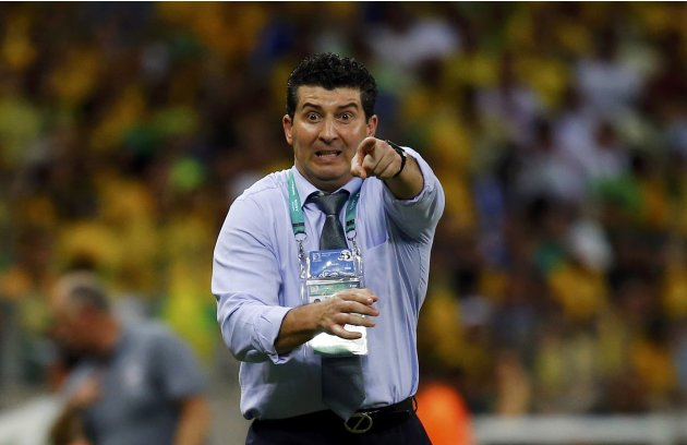Mexico's coach Jose Manuel de la Torre points during their Confederations Cup Group A soccer match against Brazil at the Estadio Castelao in Fortaleza