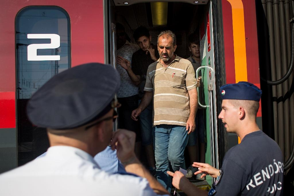 Austria orders migrants from trains at Hungarian border