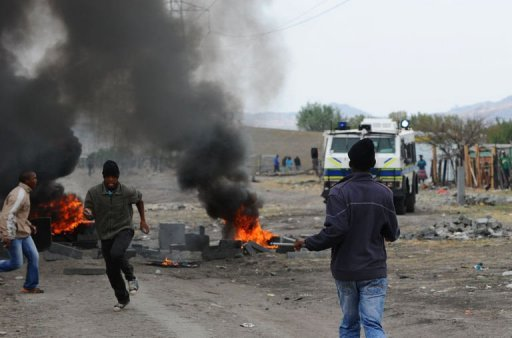 &lt;p&gt;Striking miners flee South African police in Marikana on September 15, 2012 at Lonmin&#39;s platinum mine after hundreds of workers regrouped in a shantytown near where police shot dead 34 people last month. Police fired rubber bullets, raided worker hostels and seized traditional weapons at Lonmin in a crackdown on rising unrest in the key mining industry.&lt;/p&gt;
