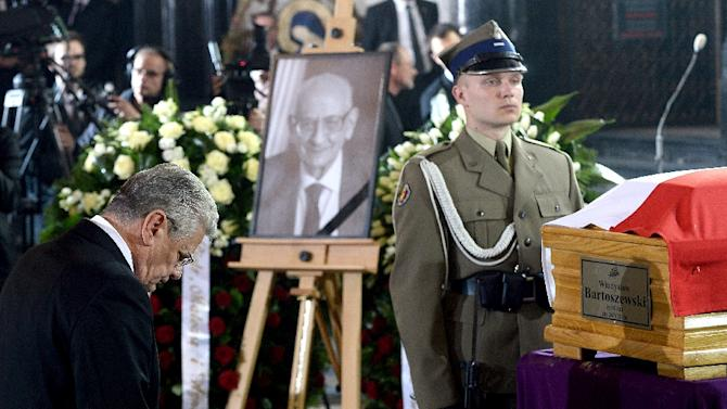 German President Joachim Gauck pays tribute in front of the coffin of Polish Foreign Minister and Auschwitz survivor Wladyslaw Bartoszewski on May 4, 2015 in Warsaw