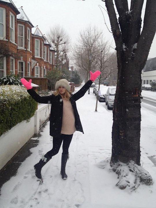 "Celebrity Twitpics: Fearne Cotton embraced the snow this week, pulling on her cosiest clothes and heading out to play. She tweeted this photo saying: ""I love the snow!"""