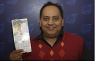 Urooj Khan, aparentemente feliz, con su boleto ganador (AP Photo/Illinois Lottery)