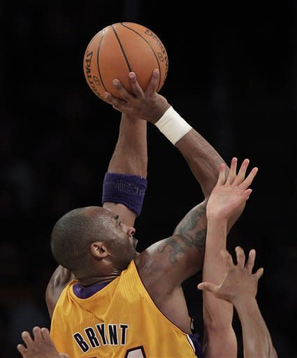 Kobe scores 37, Lakers hold off Rockets 108-99
