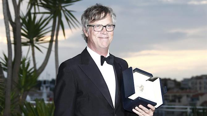 . Cannes (France), 24/05/2015.- US director Todd Haynes poses with the ex-aequo Best Performance by an Actress award for 'Carol' on behalf of Rooney Mara during the Award Winners photocall at the 68th annual Cannes Film Festival in Cannes, France, 24 May 2015. (Cine, Francia) EFE/EPA/IAN LANGSDON