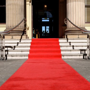 Red-carpet-leading-up-stairs_web