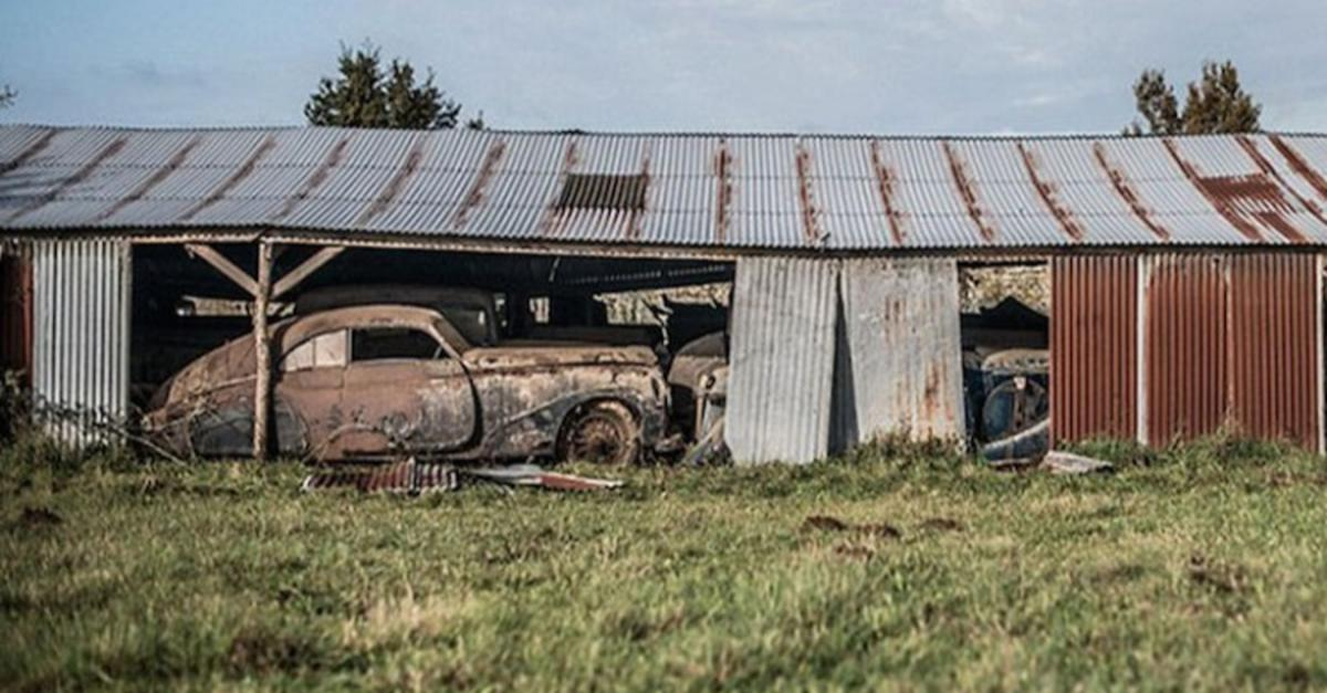17 Eerie Pics Of Priceless Antique Cars Abandoned