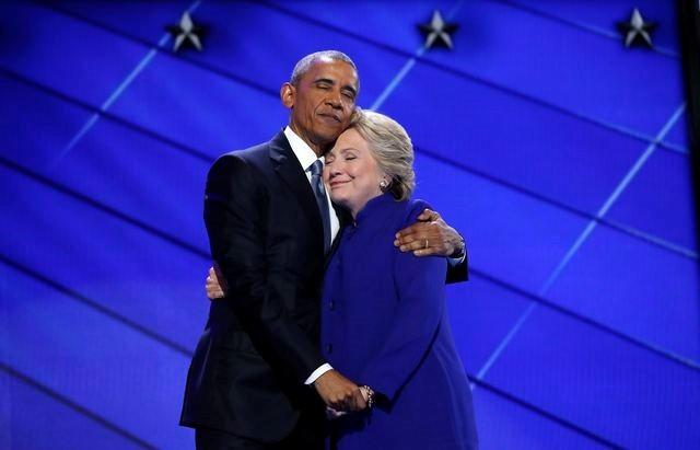 This photo of Obama and Hillary is making social media go crazy!