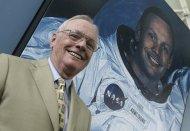 Neil Armstrong  posa ao lado de sua foto no Museu Príncipe Felipe de Valencia (Julho de 2005)