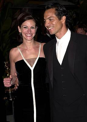 Julia Roberts and Benjamin Bratt 73rd Academy Awards Vanity Fair Party Beverly Hills, CA 3/25/2001