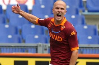 Michael Bradley scores winner for Roma