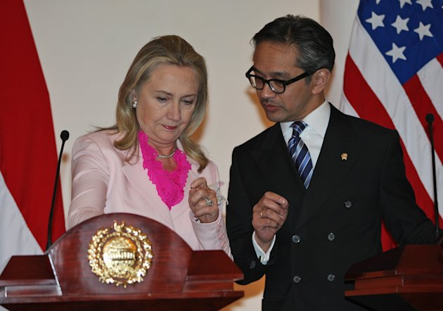 US Secretary of State Hillary Rodham Clinton, left, chats with Indonesian Foreign Minister Marty Natalegawa before the start of a joint press conference after their meeting in Jakarta, Indonesia, Monday, Sept. 3, 2012. (AP Photo/Dita Alangkara)