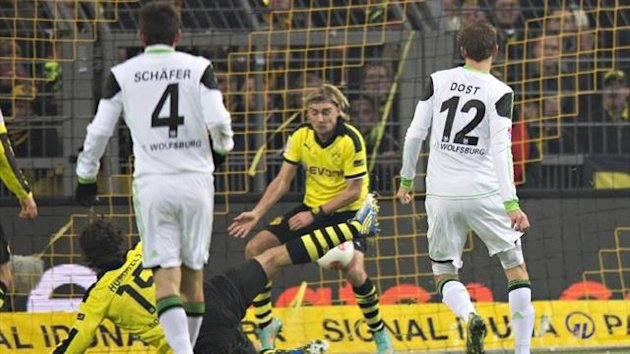 Schmelzer blocks the shot with his knee - but is sent off (Imago)