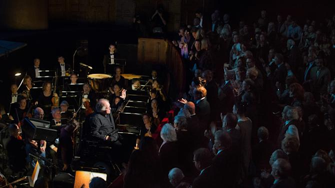 Metropolitan Opera Music Director James Levine returns to the podium to conduct the performance of Mozart's Così fan tutte on Tuesday, Sept.24, 2013. (AP Photo/Metropolitan Opera, Marty Sohl)
