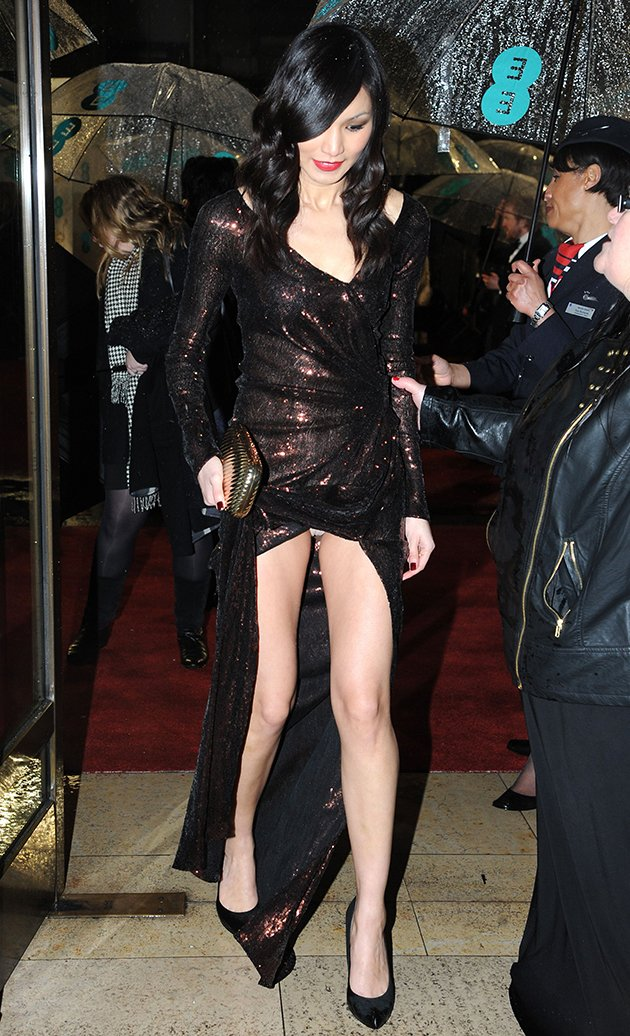 wardrobe malfunction, flashes her knickers on the red carpet