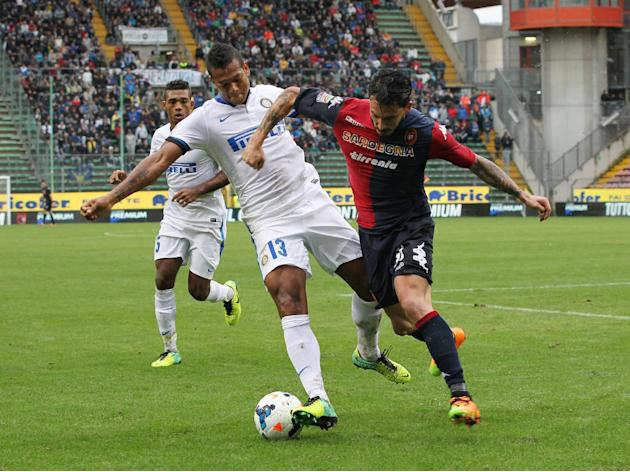 Cagliari's Mauricio Pinilla, right, and Inter's Fredy Guarin, fight for the ball during the Serie A soccer match between Cagliari and Inter, at the Nereo Rocco Stadium in Trieste, Italy, Sunday, Sept.