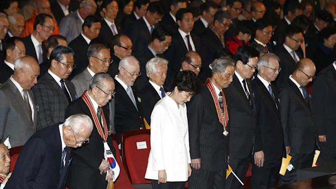 JHK0. Seoul (Korea, Republic Of), 01/03/2015.- South Korean president Park Geun-Hye (C) and Independence patriots pay a silent tribute to the fallen patriots during a commemorative event on the 96th anniversary of the March 01 Independence Movement against the Japanese colonial rule in 1919, in Seoul, South Korea, 01 March 2015.     . (Seúl) EFE/EPA/JEON HEON-KYUN / POOL