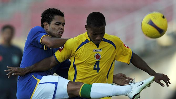 "Brazil's Douglas Pereira (left) vies for the ball with Colombian Rafael Toloi during a match of the U-20 South American Championships at the ""Jose Antonio Anzoteagui"" Stadium in Puerto La Cruz, Venezuela on February 6, 2009"