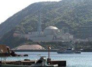 Barco da polícia patrulha região perto de reator de central de Tsuruga, em maio de 2010