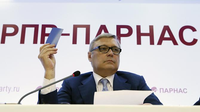 Kasyanov votes during RPR-Parnas party congress in Moscow