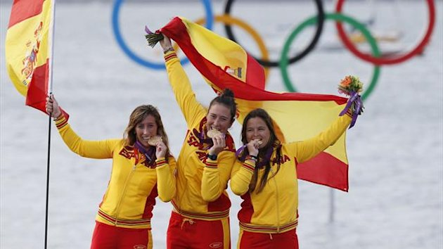 Spain's Tamara Echegoyen (C), Sofia Toro (R) and Angela Pumariega pose with their national flag and gold medals for the women's Elliott 6m sailing class at the London 2012 Olympic Games in Weymouth and Portland