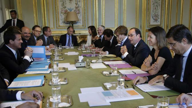 French President Francois Holland and French Prime Minister Manuel Valls attend a meeting to apply the European Commission's plan to boost growth at the Elysee Palace in Paris