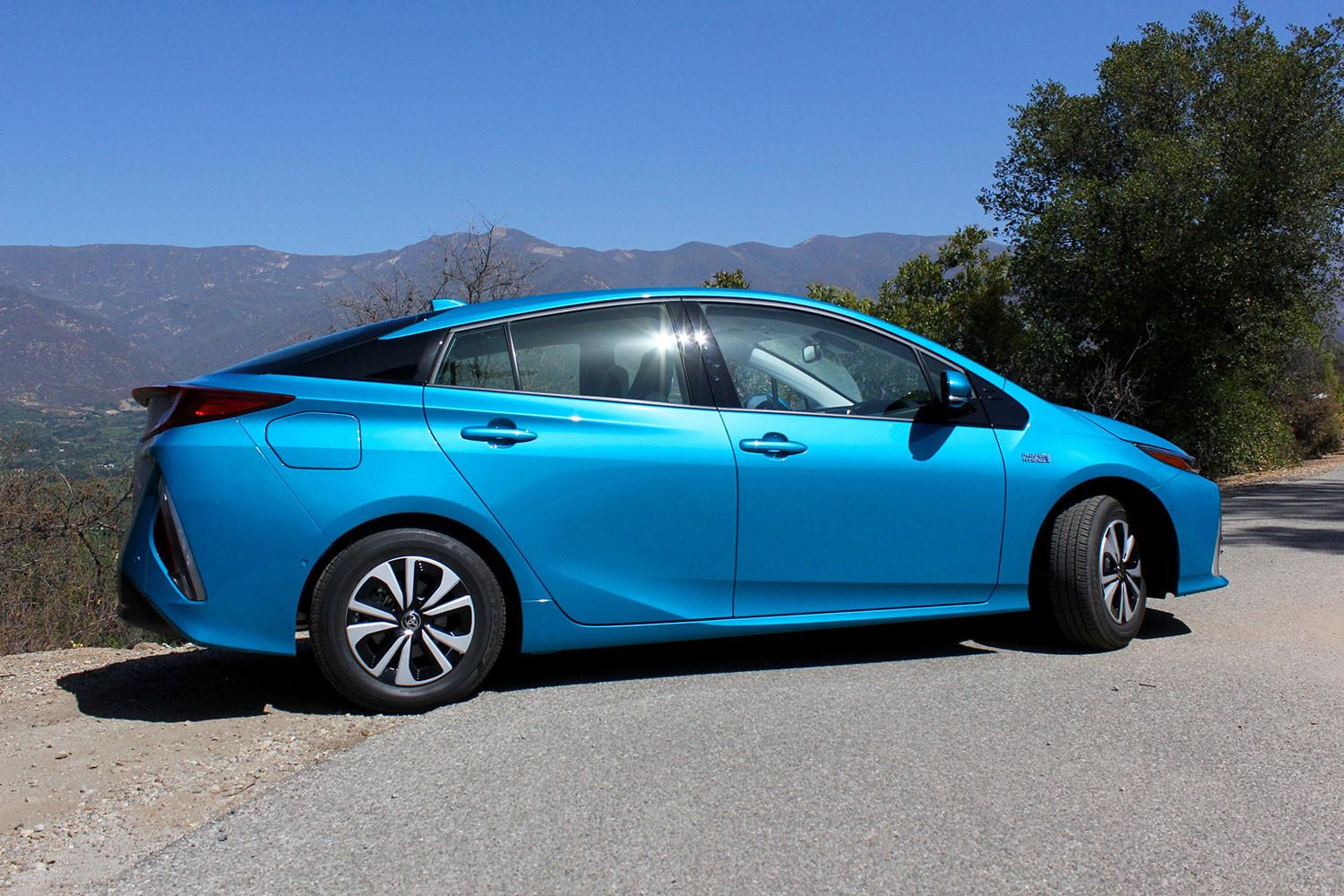 Toyota simultaneously focusing on hybrids and battery-powered electric vehicles