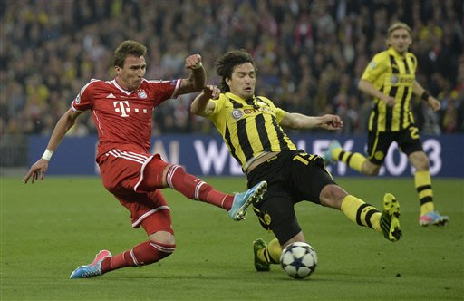 Dortmund's Mats Hummels right, vies for the ball with Bayern's Mario Mandzukic of Croatia, during the Champions League Final soccer match between  Borussia Dortmund and Bayern Munich at Wembley Stadiu