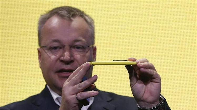 Nokia Chief Executive Stephen Elop unveils Nokia's new smartphone, the Lumia 1020 with a 41-megapixel camera, in New York July 11, 2013. REUTERS/Shannon Stapleton/Files