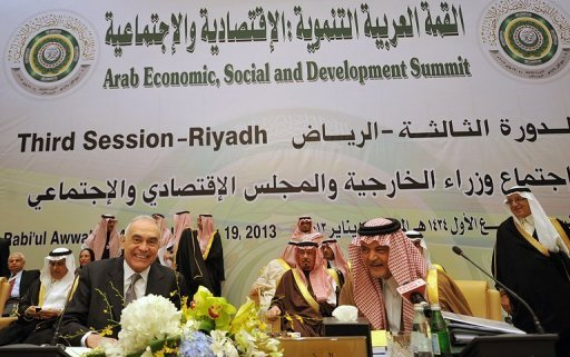 Egyptian Foreign Minister Mohammed Kamel Amr (C-L) and his Saudi counterpart Prince Saud al-Faisal (C-R) smile on January 19, 2013 in Riyadh. A two-day economic summit that opens Monday in Saudi Arabia must break with tradition and tackle people&#39;s aspirations in the wake of the Arab Spring uprisings, the Saudi foreign minister said