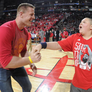 NFL star thrills young fan at Rockets games, twerks