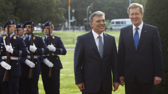 German President Christian Wulff, right, welcomes Turkish President Abdullah Gul at Bellevue palace in Berlin, Monday, Sept. 19, 2011. (Photo/Markus Schreiber)