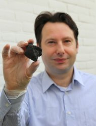 Marco Langbroek of the Vrije Universiteit (VU) of Amsterdam with the Diepenveen meteorite.