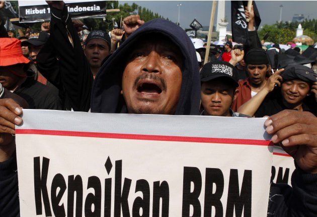 Protesters from Hizbut Tahrir, a Muslim organisation, shout slogans while protesting against the government's plans to hike fuel prices, in front of the presidential palace in Jakarta