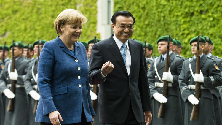 German Chancellor Angela Merkel, left, welcomes the Prime Minister of China  Li Keqiang  for a meeting at the chancellery in Berlin, Sunday, May 26, 2013.  (AP Photo/Markus Schreiber)