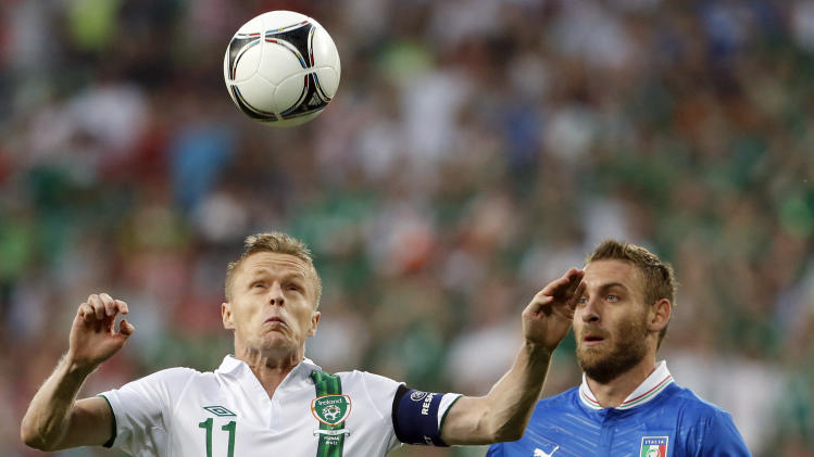 Ireland's Damien Duff and Italy's Daniele De Rossi, right, go for the ball during the Euro 2012 soccer championship Group C match between Italy and the Republic of Ireland in Poznan, Poland, Monday, June 18, 2012. (AP Photo/Gregorio Borgia)