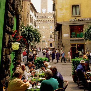 Tourists-eating-at-sidewalk-cafe-palazzo-vecchio-florence-italy_web