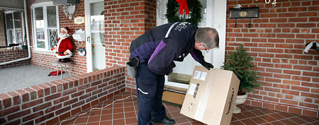A FedEx driver delivers a holiday package. (AP Photo/Mark Lennihan)