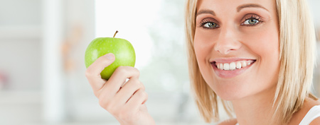 Woman holding an apple (Thinkstock)
