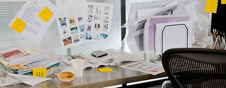 Cluttered desk (Thinkstock)