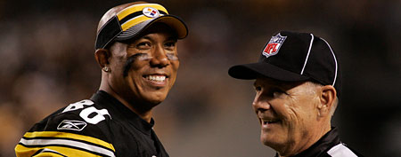 Hines Ward #86 of the Pittsburgh Steelers jokes with side judge Larry Rose (Photo by Justin K. Aller/Getty Images)