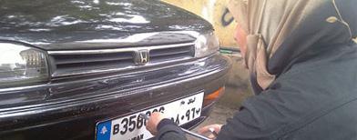 لبنانية تنافس الرجال في مهنة ميكانيكا السيارات