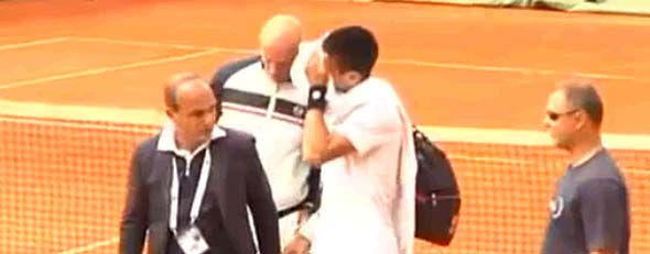 Novak Djokovic leaves a practice court (Y! Sports screengrab)