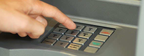 What to do when the ATM screws up. Here, a customer uses an ATM (ThinkStock)