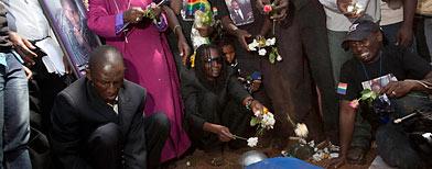 Familiares y amigos expresa su dolor en el funeral del activista homosexual ugandés David Kato, en Mokono, el 28 de enero de 2011. Los activistas se mostraron indignados por la muerte de Kato, un defensor de los derechos de los homosexuales del grupo Minorías Sexuales de Uganda. Su asesinato se produce después de un año de intensificarse las amenazas contra los homosexuales en Uganda, donde un polémico proyecto de ley ha propuesto la pena de muerte para algunos actos homosexuales. (AP Photo/Michele Sibiloni)