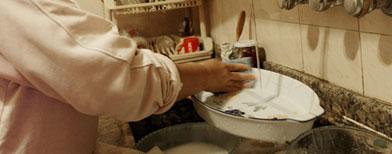 خادمة تخلط بولها بطعام أسرة إماراتية