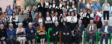Al frente, los nueve hermanos de la familia Melis, cuyas edades suman 818 años, Vitalio (86), Antonino (93), Adolfo (89), Consolata (105), Claudina …más  (99), Mafalda (78), Concetta (91), Vitalia (80) y Maria (97). (EFE)