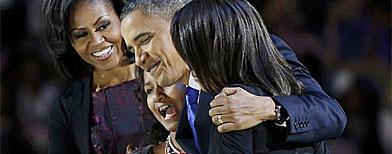 El presidente estadounidense, Barack Obama, abraza a sus hijas Malía y Sasha, al lado de su esposa Michelle, sobre el escenario del McCormick Place en Chicago, Illinois (EEUU), tras vencer en los comicios presidenciales y obtener la reelección para un segundo mandato / Foto: Reuters