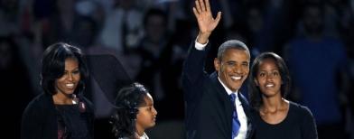 Obama dan keluarga sebelum memberi pidato kemenangan (Foto: Reuters/Jeff Haynes)