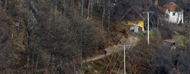 Una mujer recorre un camino en la villa de Zarozje, Serbia, el 30 de noviembre de 2012. Los habitantes de este poblado aseguran que el fantasma de un vampiro ronda Zarozje mientras las autoridades dijeron a los habitantes que tener estacas y ajos a la mano sólo alimentará el temor. (Foto AP/Darko Vojinovic)