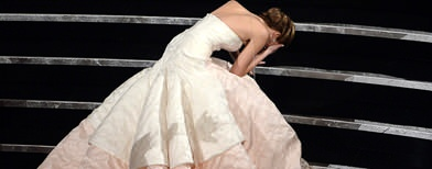 Which actress tripped on the Oscar stage?